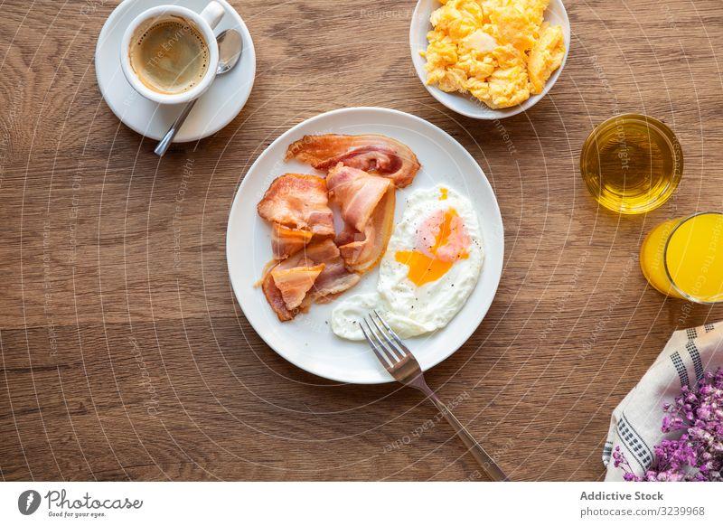 Leckerer Speck und Eier mit Saft bei Tisch Frühstück Lebensmittel Mahlzeit serviert Ernährung Essen Eigelb gebraten Gesundheit Varieté Bestandteil frisch