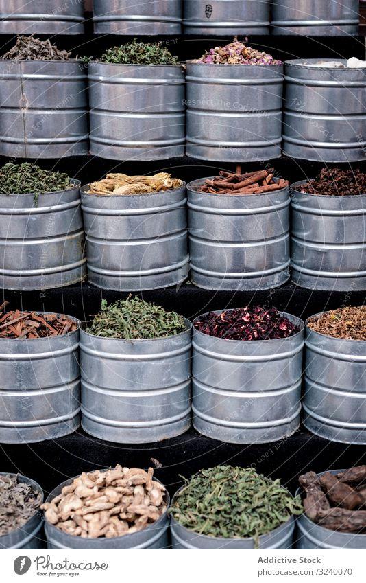 Metallbehälter mit Kräutern Gewürz Markt Verkaufswagen Glas verkaufen trocknen traditionell Sortiment Marrakesch Marokko Basar arabisch Großstadt Stadt Kraut