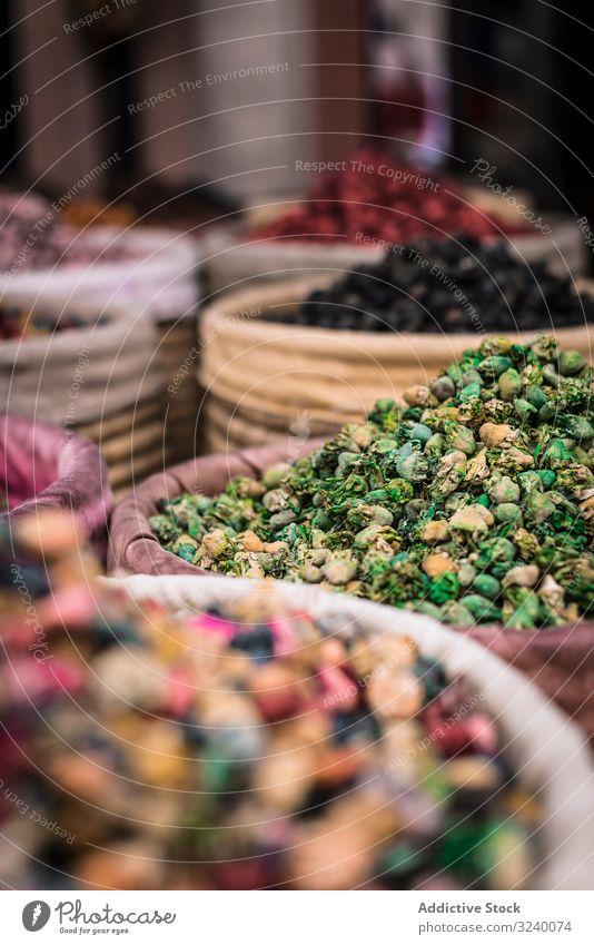 Körbe mit getrockneten Gewürzen auf dem Marktplatz Korb Weide Kraut verkaufen traditionell Aroma Marrakesch Marokko Basar arabisch Großstadt Stadt trocknen