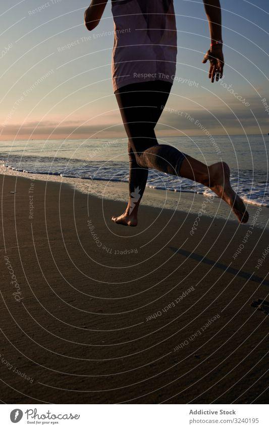 Schlanke Frau joggt am Strand laufen MEER Abend Training passen Fitness Sommer Sport Lifestyle joggen Athlet Barfuß Ufer Küste winken Sand Wasser Dame Herz