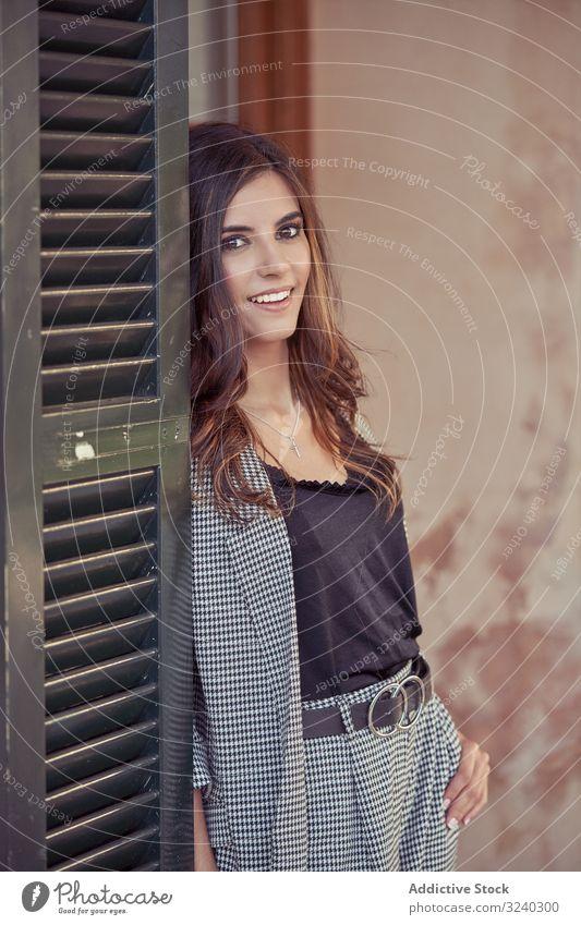 Frau lächelt freundlich hinter der Tür Lächeln stylisch charmant natürlich Türöffnung heiter Erwachsener jung lässig entspannend Lachen trendy elegant schön