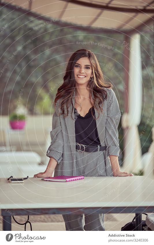 Kluge Geschäftsfrau am Tisch im Außencafé klug Notebook Café selbstbewusst Arbeit Restaurant Business Frau gut gekleidet Unternehmer Führung Sitzung arbeiten