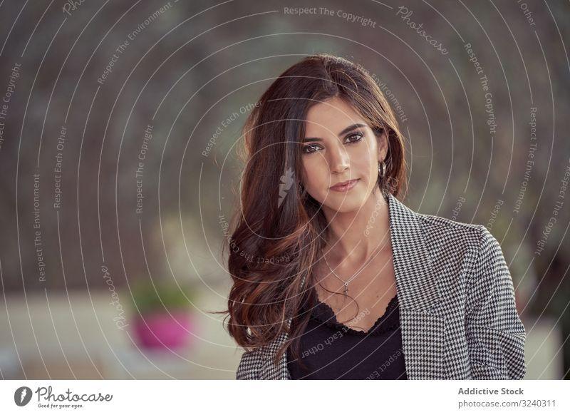 Kluge Geschäftsfrau schaut in die Kamera klug selbstbewusst Arbeit Business Frau gut gekleidet Unternehmer Führung Sitzung arbeiten schön professionell modern