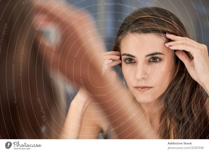 Frau schaut nach dem Schminken in den Spiegel Kosmetik Salon Make-up Pflege Reflexion & Spiegelung Behandlung Gerät Stil bequem Schönheit Innenbereich Design