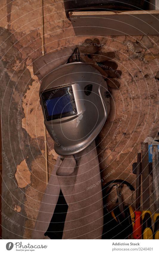 An der Wand hängende Schutzkleidung für das Schweißen Kleidung Sicherheit Arbeit Mundschutz Schutzhelm Handschuhe Schürze löten tragend Werkstatt bügeln