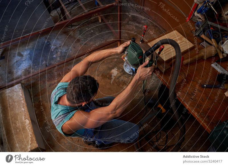 Handwerker, der in der Werkstatt mit Holzbrettern arbeitet Mann Zimmerer Mühle Maschine Arbeit Holzplatte Verarbeitung Schiffsplanken Detailaufnahme