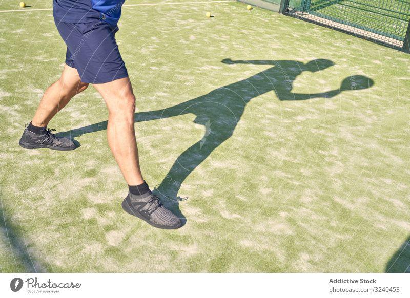 Nahaufnahme einiger Beine auf einem Tennisplatz allein im Freien jung Lifestyle Training sportlich Sport Übung Erwachsener Person Gesundheit Sommer außerhalb