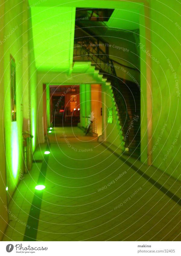 Treppenaufgang in Berlin grün Licht Eingang unheimlich Architektur Leiter
