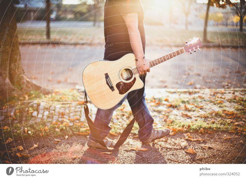 guitar walk Mensch Jugendliche Stadt grün Erholung Freude 18-30 Jahre Erwachsene gelb Leben Glück hell Lifestyle maskulin gold Musik
