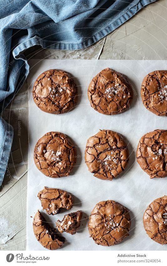 Hausgemachte Brownie-Kekse auf Backpapier Dessert Schokolade Lebensmittel lecker Biskuit selbstgemacht süß backen Papier frisch geschmackvoll Zucker Pulver