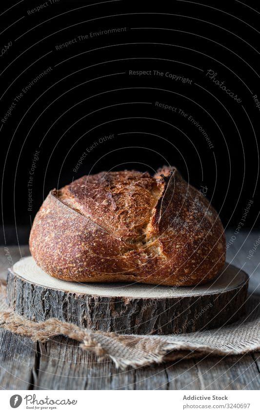 Ländliches Sauerteigbrot auf Holz Brot Brotlaib frisch gebacken Spielfigur ganz rustikal Land Bäckerei Lebensmittel selbstgemacht Ernährung Gebäck Küche