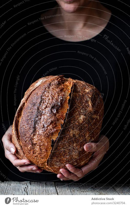 Erntehelfer, der etwas Brot hält Person frisch Samen zeigen Mahlzeit Lebensmittel Küche heimwärts Snack rustikal gebacken Gesundheit lecker geschmackvoll