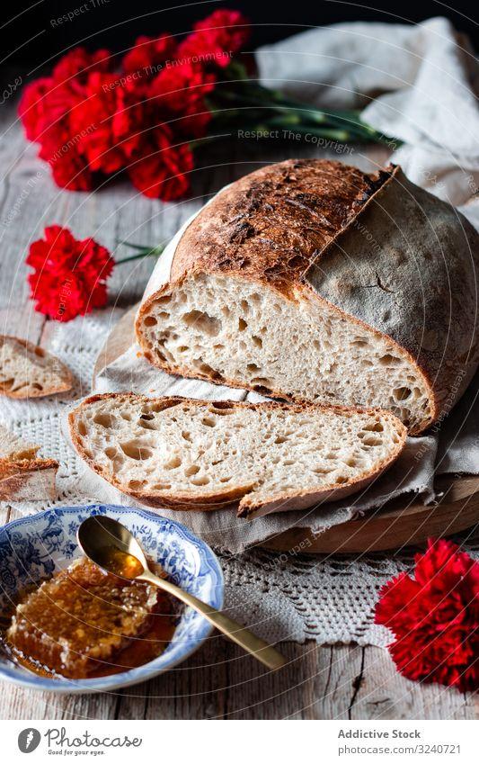 Frische Brotscheiben fallen auf den Tisch Spielfigur frisch Serviette fliegend Mahlzeit Gesundheit Lebensmittel Scheibe Zuprosten gebacken Gebäck weich Snack