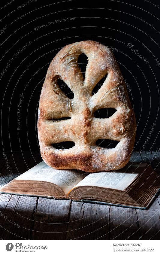 Fougasse über offenes Rezeptbuch Brot Buch fougasse Brotlaib Tisch Küche Mahlzeit Lebensmittel Französisch Gebäck Bäckerei geschmackvoll lecker Ernährung Speise