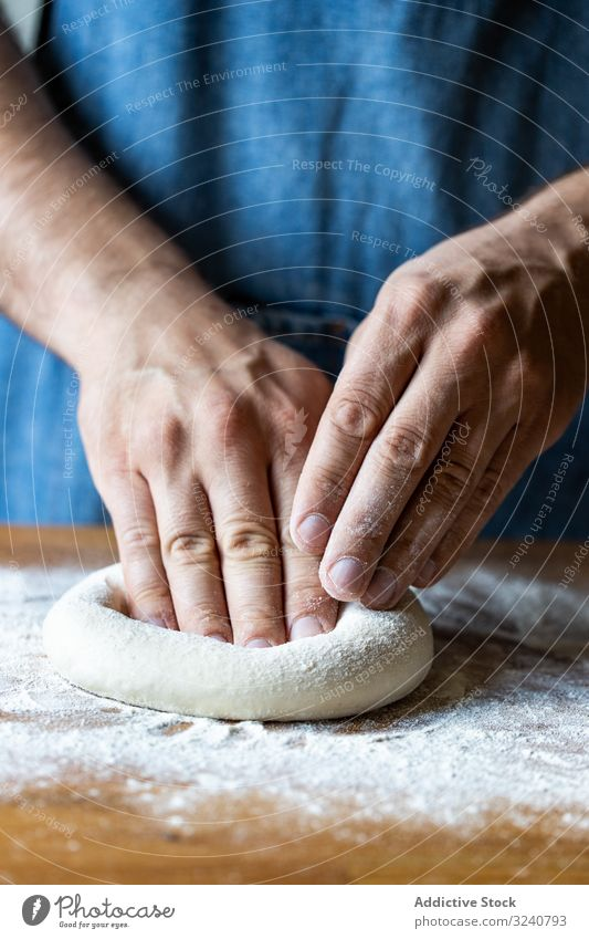 Erntehelfer, der Teig für Pizza plättet Mann Teigwaren verflachen Mehl weich frisch Küche Vorbereitung Lebensmittel Küchenchef Italienisch traditionell männlich
