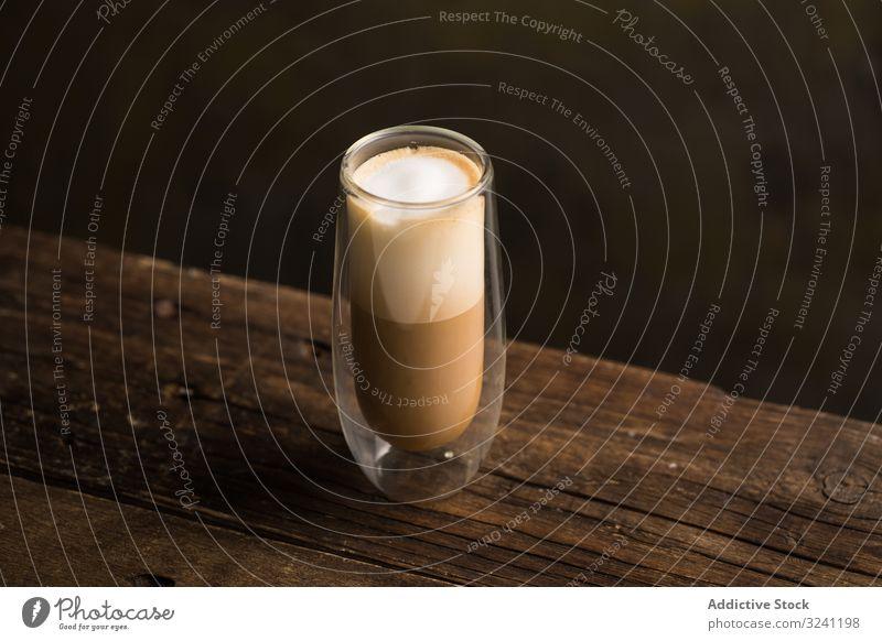Tassen mit leckerem heißen Kaffeegetränk auf Holztisch schäumen trinken Getränk Bierschaum Erfrischung süß Geschmack Untertasse aromatisch koffeinsüchtig