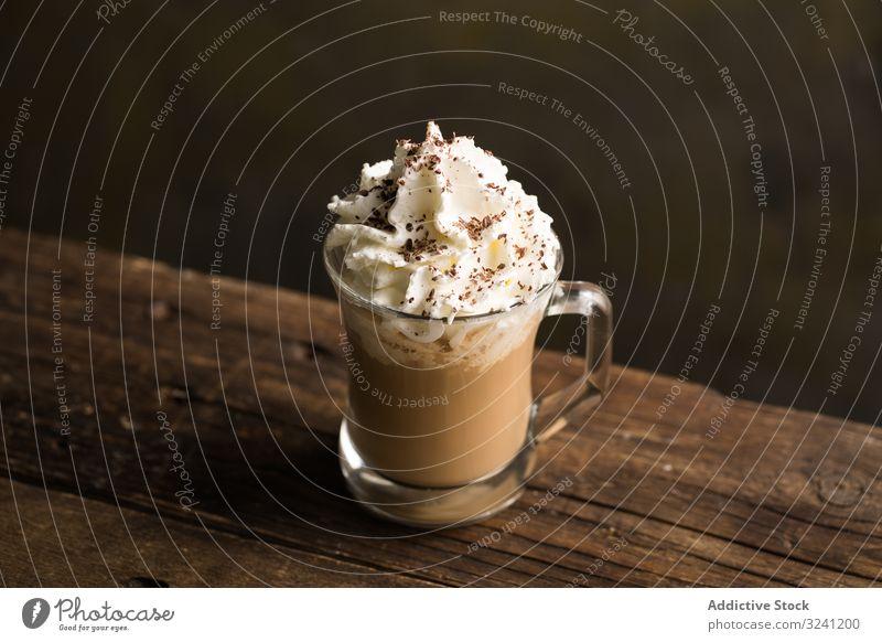 Tassen mit leckerem heißen Kaffeegetränk auf Holztisch schäumen trinken Getränk Becher Bierschaum Erfrischung süß Geschmack Untertasse aromatisch koffeinsüchtig