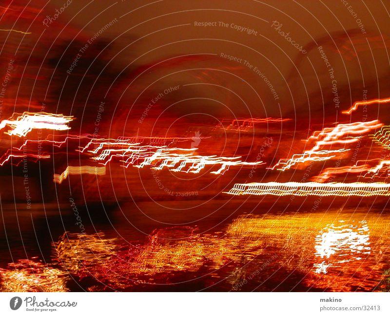 Lustige Bootsfahrt Licht rot gelb Wasserfahrzeug Baum Achterbahn Vergnügungspark Langzeitbelichtung Abend