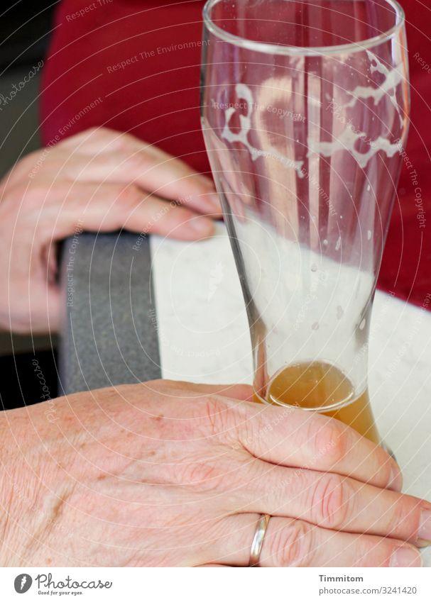 Fast schon leer Getränk Bier Weizenbierglas Weißbierglas Mann Erwachsene Hand 1 Mensch Glas Kunststoff trinken warten einfach grau rot weiß Gefühle ruhig