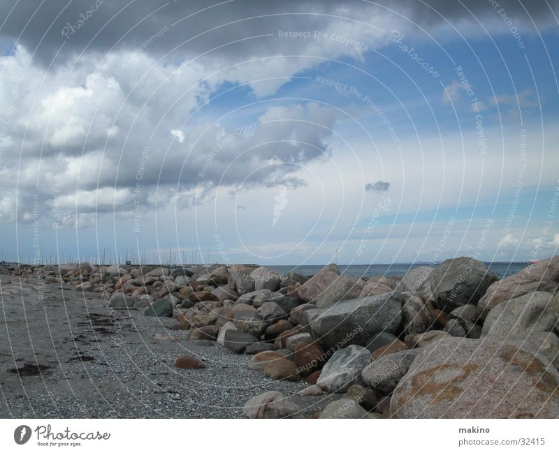 Steinstrand Meer Wolken Vogel Strand blau Himmel