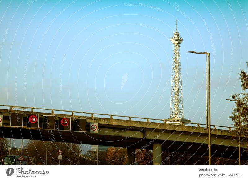 Funkturm hinter der Autobahn Berlin Charlottenburg Dunst Nebel Herbst Menschenleer November Stadt Textfreiraum Stadtleben Straße Verkehr Straßenverkehr Brücke