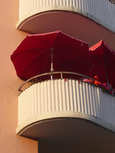 Balkonien... Haus Fassade Erholung Häusliches Leben rot Geborgenheit Gelassenheit ruhig Ordnungsliebe Freizeit & Hobby Idylle Nostalgie Stadt Sonnenschirm