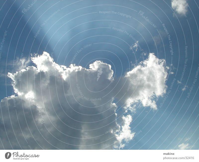 Wolken über dem Meer Sonnenstrahlen Licht blau Himmel