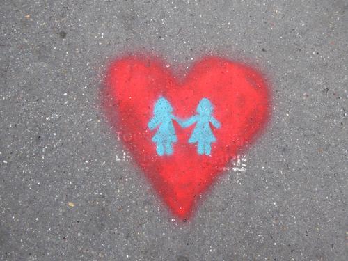 Liebesbekundung... Herz Straße grafitti Mädchen gemalt lesbisch rot LGBT Händchenhalten Romantik Liebespaar Zeichen zusammengehörig Partnerschaft Sexualität
