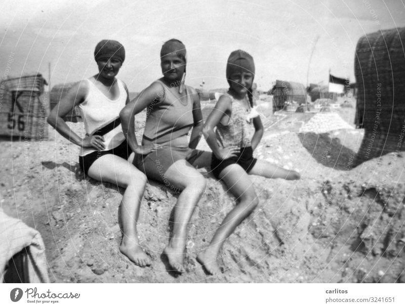 Drei Damen Ostsee Strand Sandburg Strandkorb Badenixe Frau Badeanzug Ferien & Urlaub & Reisen Sommer Badekappe gute alte Zeit Körperhaltung Erinnerung
