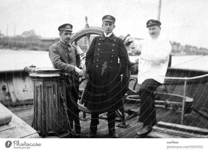 Drei Herren Mann Wasserfahrzeug Vergangenheit Körperhaltung Erinnerung Stolz Kapitän Uniform Ruder