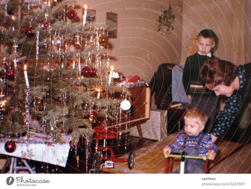 Weihnachten Sechziger Jahre Weihnachten & Advent Bescherung Weihnachtsbaum Geschenk Paket Überraschung Lametta Kerze Kleinkind Schaukelpferd Mutter