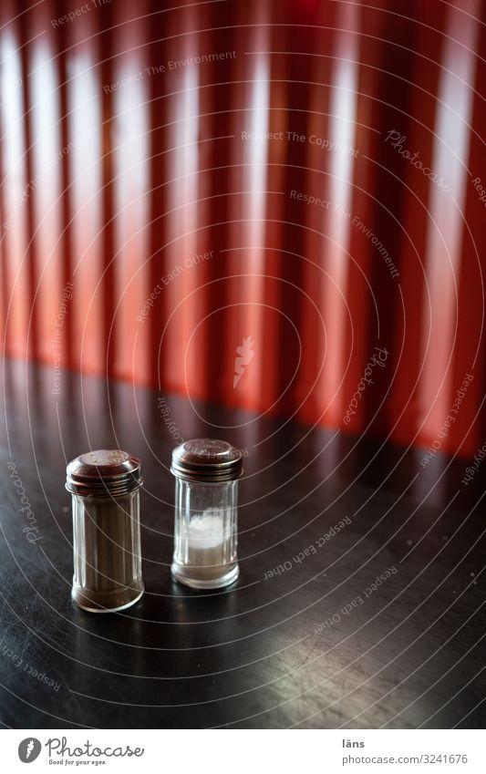 Vorsicht scharf l Pfeffer Salz Ernährung Häusliches Leben Wohnung rot schwarz Scharfer Geschmack Pfefferstreuer Salzstreuer Farbfoto Innenaufnahme Menschenleer