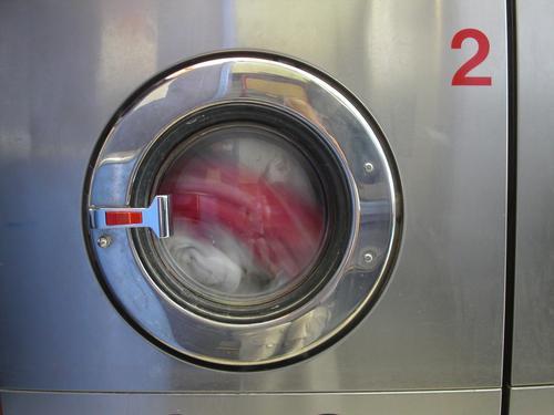 Waschmaschine rot weiß Typographie rund Stahl Bullauge Wäsche Bekleidung Waschmittel Reflexion & Spiegelung grau Industrie Kreis Wasser dreckig