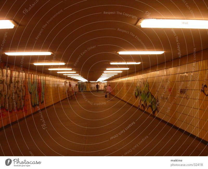 Unterführung in Berlin Straße dunkel Graffiti Architektur Beton Verkehr Tunnel U-Bahn Fußgänger