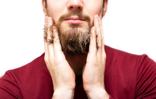 Mann mit Bartseife oder Shampoo zur Auffrischung des Bartes, kaufen Haut Gesicht Behandlung Mensch maskulin Erwachsene Hand Oberlippenbart Vollbart Sex retro