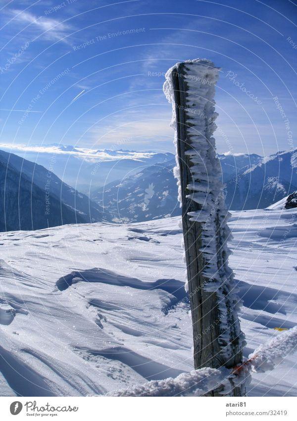 der Pfosten... Himmel blau Winter kalt Schnee Eis Zaun Kristallstrukturen Eiszapfen