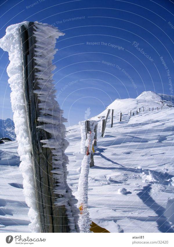 schöner Zaun kalt Winter Schnee Eis Eiszapfen Kristallstrukturen Himmel blau