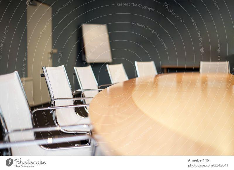 Modern eingerichteter Konferenzraum mit schönem Design in Nahaufnahme Möbel Schreibtisch Stuhl Tisch Erwachsenenbildung Arbeit & Erwerbstätigkeit Arbeitsplatz