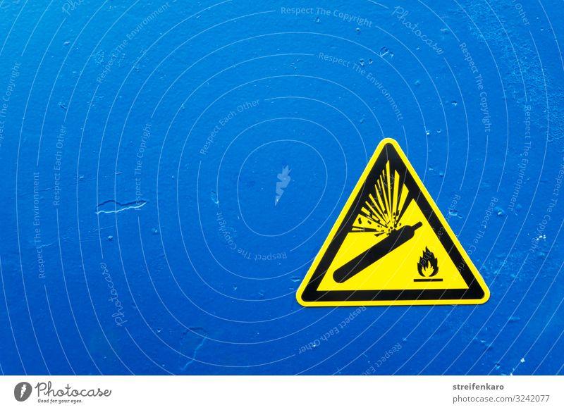Warnschild Warnung vor Gasflaschen gelb auf blauem Hintergrund Arbeit & Erwerbstätigkeit Beruf Handwerker Fabrik Industrie Baustelle Energiewirtschaft forschen