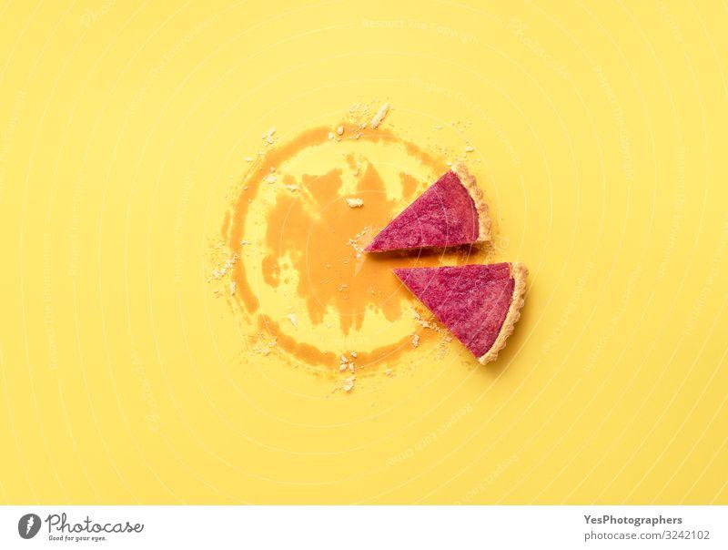 Zwei Tortenscheiben und Krustenbrösel. Preiselbeer-Tortenstücke Dessert Süßwaren Essen Winter Erntedankfest Weihnachten & Advent Silvester u. Neujahr Herbst