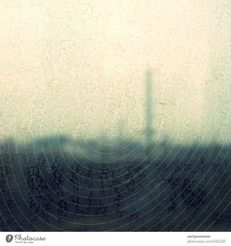 Schmuddelwetter Bahnhof dreckig blau braun grün Wetter schlechtes Wetter Regen Fensterscheibe Autofenster Fensterblick Abteilfenster Eisenbahn Blick fahren