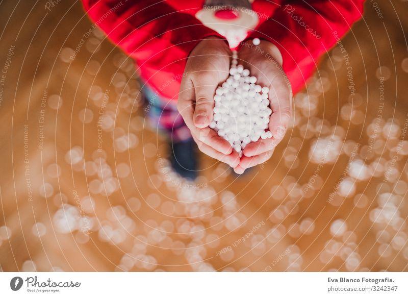 Kind hält künstliche Schneeflocken zu Hause. Freude schön Spielen Winter maskulin Kleinkind Mädchen Junge Hand 1 Mensch 3-8 Jahre Kindheit Pullover träumen