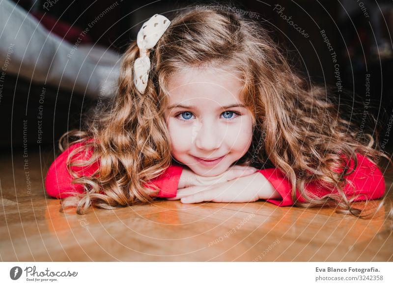 Porträt eines schönen Mädchens zu Hause. Weihnachten Lifestyle Freude Glück ruhig Winter Kleinkind Schwester Familie & Verwandtschaft Baum blond natürlich neu