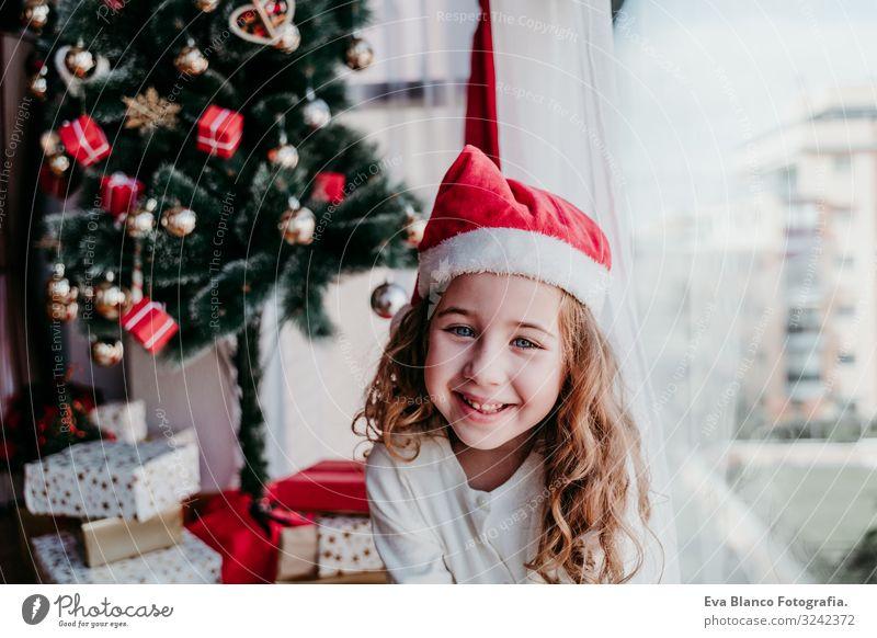 Porträt des schönen Mädchens zu Hause am Weihnachtsbaum Lifestyle Freude ruhig Winter feminin Kleinkind Schwester Familie & Verwandtschaft 1 Mensch 3-8 Jahre
