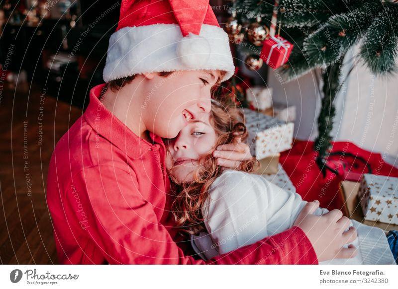Bruder und Schwester zu Hause. Weihnachtskonzept Lifestyle Freude Spielen Winter Dekoration & Verzierung Weihnachten & Advent Kind Mensch maskulin feminin