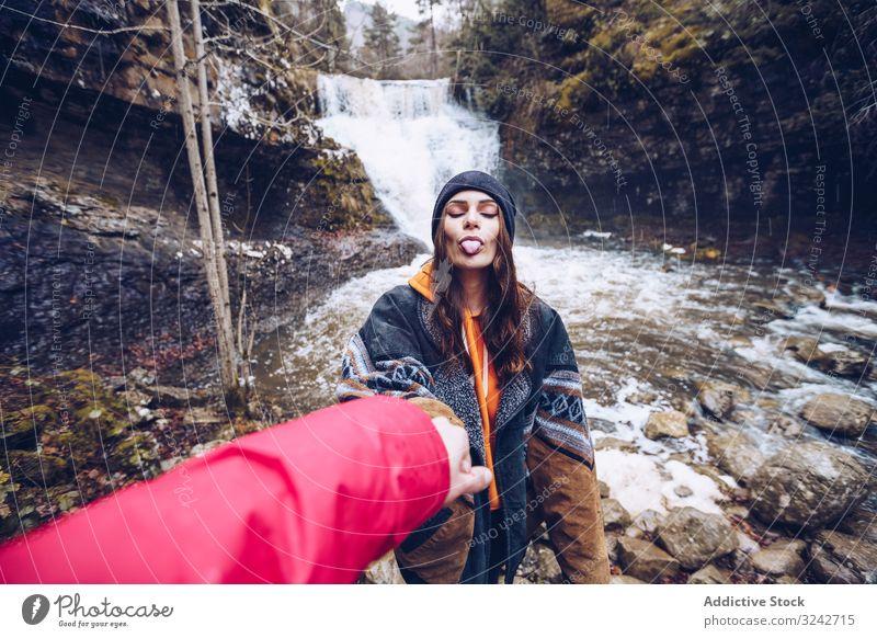 Frau führt von Hand Person zum Bergwasserfall Blei Berge u. Gebirge Wasserfall folgend Spaziergang Halt kalt Wald Teich Kaskade Immergrün Kälte mir folgen jung