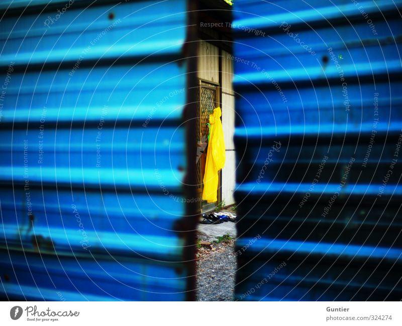 wenns regnet,... Dorf blau braun gelb schwarz Tor Regenmantel Badelatschen Fenster Wand Haus spionieren verborgen Neugier Blech Kieselsteine Pflanze Farbfoto
