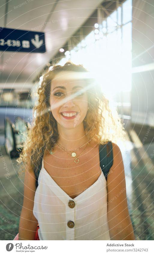 Frau, die in einer geräumigen Halle im Sonnenlicht geht Saal Flughafen Innenbereich Murmel Glas modern Wandelhalle Design reisen Glanz Gate international lässig