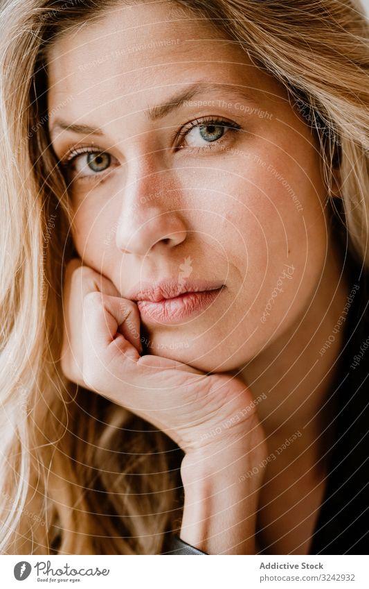 Schöne blonde Frau stylisch besinnlich natürlich trendy nachdenken lockig langhaarig Schönheit attraktiv allein lässig romantisch charmant Model klug Erholung