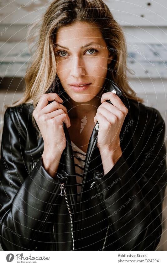 Schöne blonde Frau stylisch besinnlich natürlich trendy nachdenken lockig langhaarig Schönheit Lederjacke attraktiv allein lässig romantisch charmant Model klug